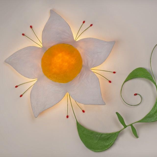 Flor blanca con tallo verde